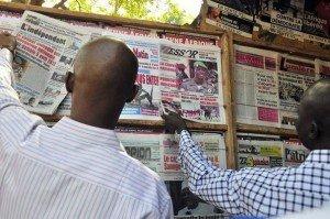 very bad trip des journalistes maliens dans POLITIQUE 348477_des-maliens-regardent-des-une-de-journaux-a-bamako-300x199