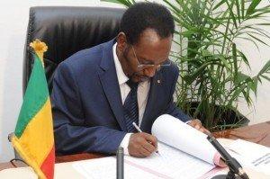 on ne peux pas aider le Mali contre son gré dans POLITIQUE 381410_le-president-malien-par-interim-dioncounda-traore-le-29-juillet-2012-a-bamako-300x199